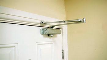 С дверным доводчиком дверь становится еще более удобной