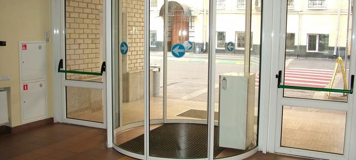 """Автоматические двери на пути эвакуации. По бокам эвакуационные двери с установленной системой """"антипаника"""" в соответствии с ФЗ №123 РФ"""