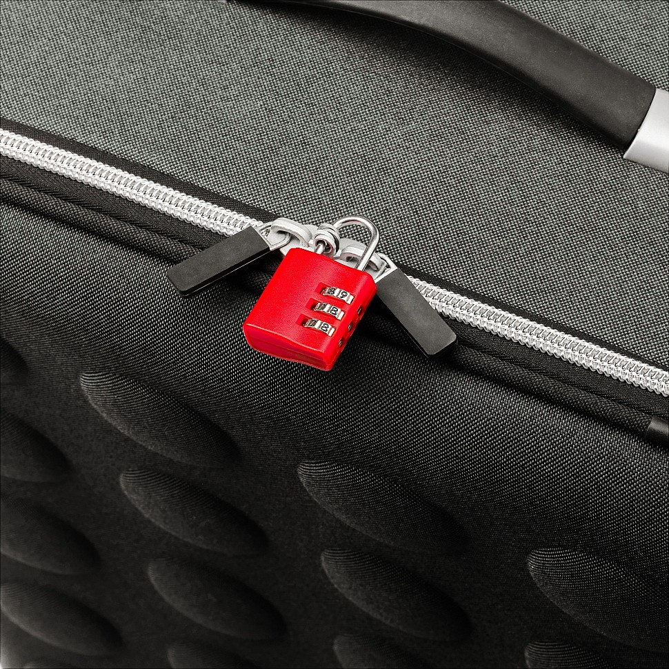 Каждому чемоданчику по навесному замочку!
